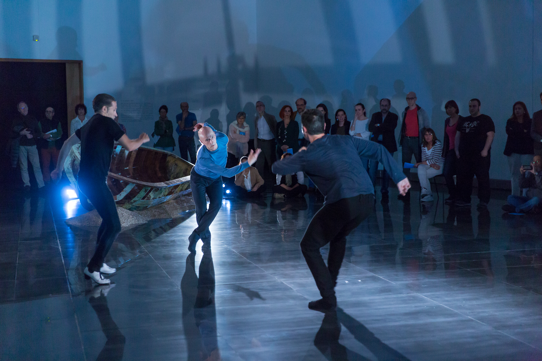 En la imagen Israel Galván, Cesc Gelabert y Jon Maya bailan en las salas expositivas que acogen la exposición El No Retorno de Cecilia Paredes