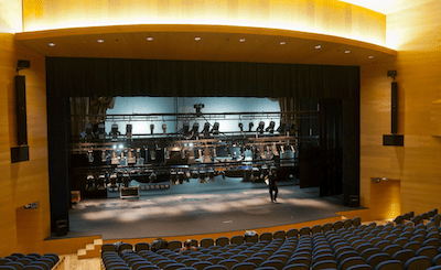 El teatro vacío  del Museo Universidad de Navarra se prepara ajustando las varas para la representación.
