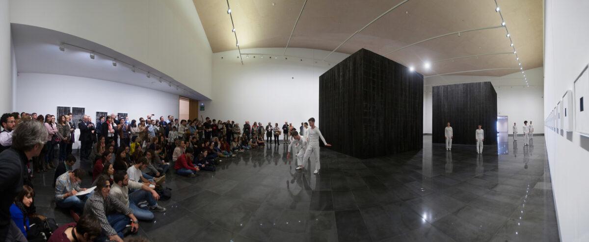 """""""In Plain Site"""" Trisha Brown Dance Company. Representado el 18 de abril de 2015 en los espacios expositivos del Museo en las salas donde se exhibía la exposición """"The Black Forest"""" de Íñigo Manglano - Ovalle @Universidad de Navarra, Manuel Castells."""
