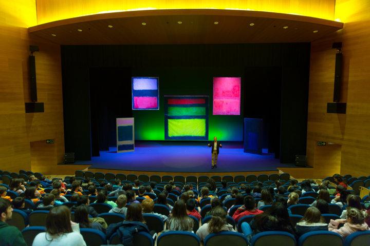 Clausura del proyecto Rothko.50 en el teatro del Museo Universidad de Navarra, el director del programa, Fernando Echari ante los murales del Rothko habla a la audiencia, formada por público infantil