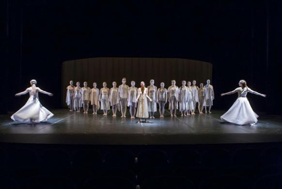 """""""Materia"""" de Zuk Performing Arts Company. Representado el 8 de noviembre de 2018 en el teatro del MUN @Universidad de Navarra, copy Manuel Castells. En escena un grupo de adolescentes mira al público mientras dos bailarinas danzan a su alrededor"""