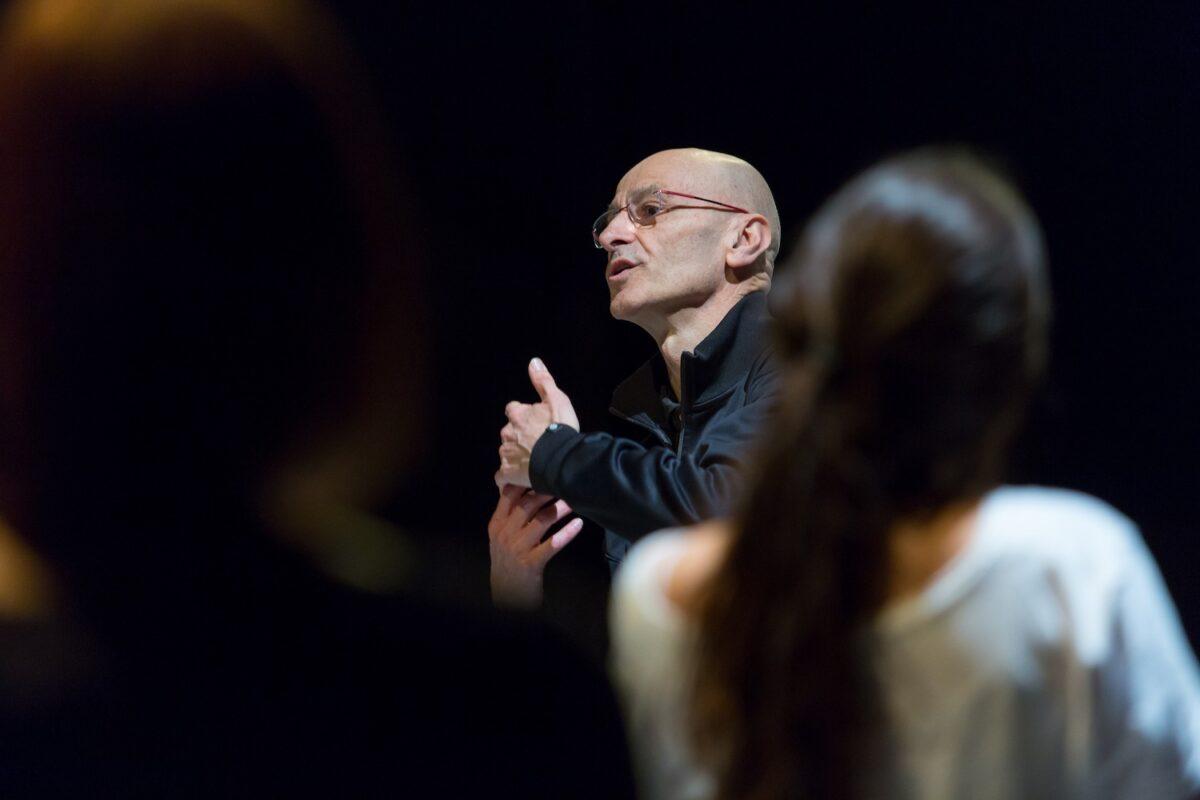 El bailarín Cesc Gelabert da indicaciones al grupo de estudiantes que participaron en su taller.