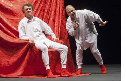 """""""Shakespeare para ignorantes"""", Quico Cadaval y Mofa&Befa. Representado el 28 de octubre de 2016 en el teatro del Museo @ Universidad de Navarra, Manuel Castells. en la imagen un actor sentado en una silla con brocado rojo escucha atentamente a otro que declama en posturas forzadas"""