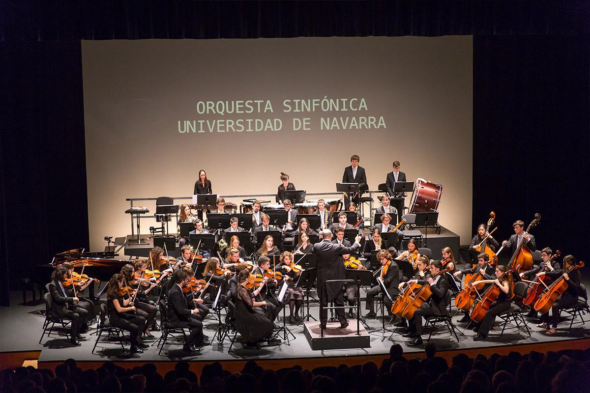 en la imagen los miembros de la orquesta sinfónica Universidad de Navarra tocan una pieza bajo la direccion de Borja Quintas.