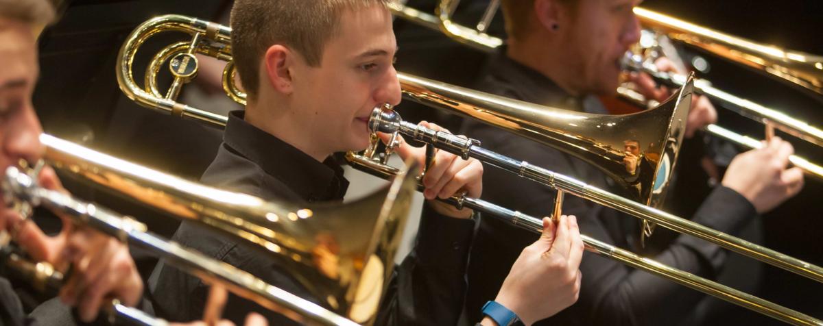 En la fotografía, la sección de viento de la orquesta Universidad de Navarra. Varios trombones tocan una pieza bajo la dirección de Borja Quintas