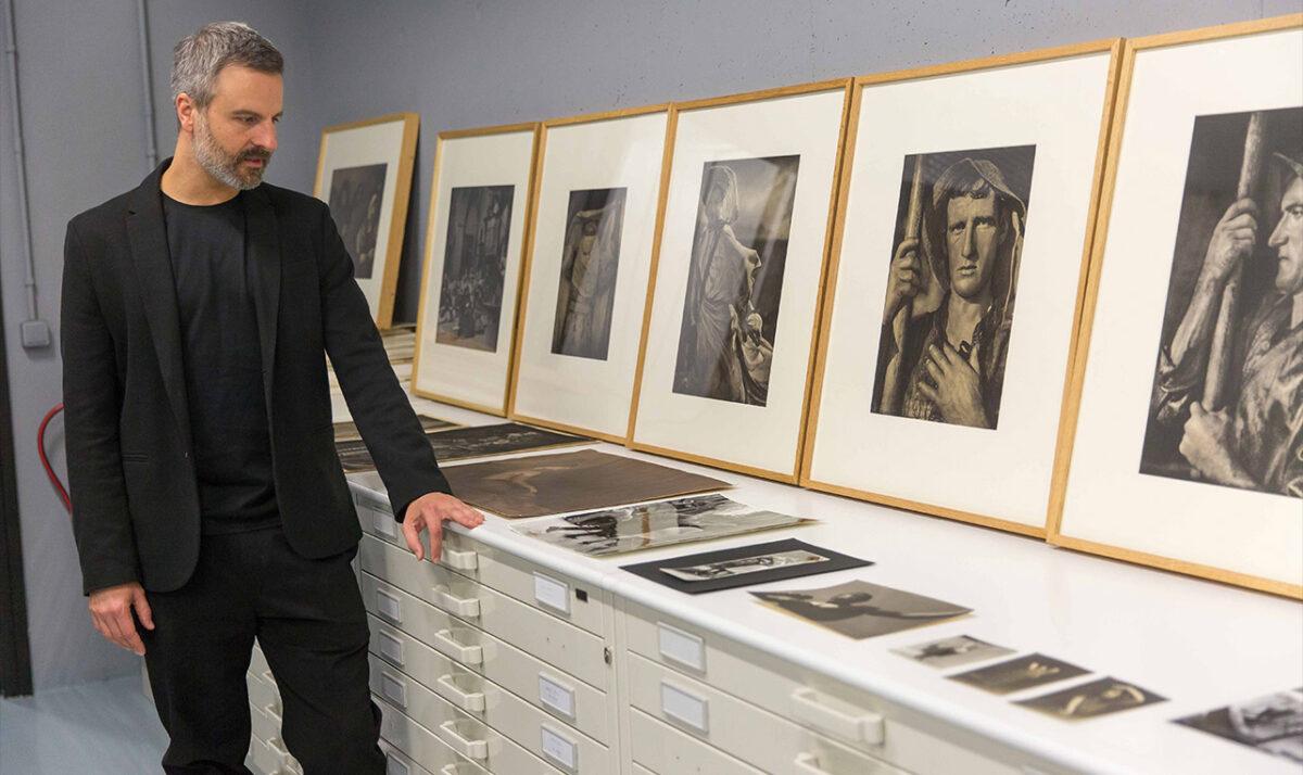 Antonio Ruz contempla las imágenes con alma de Ortiz Echagüe en los archivos del Museo