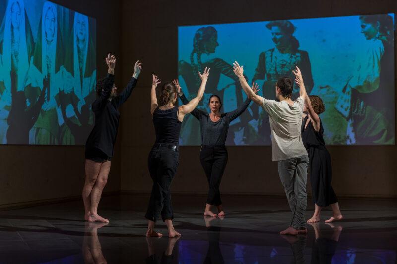 Ante dos grandes pantallas donde se proyectan las fotos Las Roncalesas de Ortiz Echagüe, varios bailarines hacen un círculo danzando con los brazos en alto