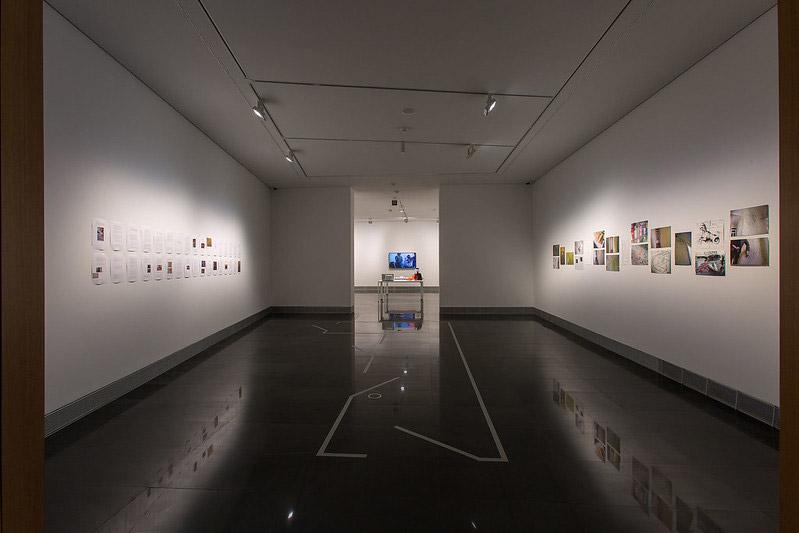 En primer plano, obras de Esther Gatón y, al fondo, el trabajo de Wilfredo Prieto.